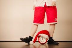 Крупный план человека с будильником время конца рождества предпосылки красное вверх Стоковая Фотография