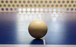 Крупный план шарика пингпонга сидя на таблице Стоковые Фотографии RF