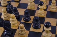 Крупный план шахматных фигур, игра дальше Стоковое Изображение