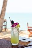 Крупный план экзотического коктеиля на таблице на пляже Стоковое фото RF