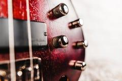 Крупный план электрической гитары Rosewood басовый Стоковые Фото