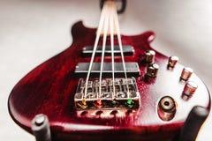 Крупный план электрической гитары Rosewood басовый Стоковые Изображения RF