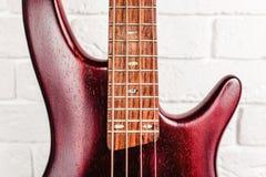 Крупный план электрической гитары Rosewood басовый Стоковые Фотографии RF