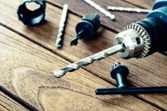 крупный план электрической дрели на деревянной предпосылке Стоковое Фото