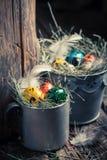 Крупный план colourfull eggs для пасхи с сеном Стоковое Изображение RF
