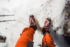 Крупный план Crampons Crampon на ботинке зимы для взбираться, идти ледника или весьма пеший льда и трудного снега Стоковые Изображения RF