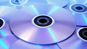 Крупный план DVDs вращая видеоматериал
