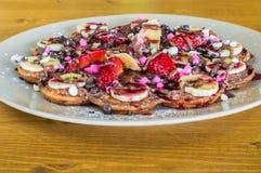 Крупный план fruity бельгийских waffles с шоколадом и клубника sauce Стоковая Фотография