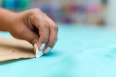 Крупный план ` s модельера женщин вручает маркировку с мелом на ткани в мастерской Стоковые Изображения RF