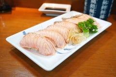 Крупный план salmon суш на белой плите Стоковое Изображение