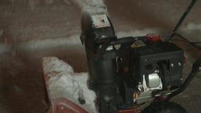 Крупный план snowblower и снега 4K UHD видеоматериал