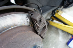 Крупный план worn крумциркулей тарельчатого тормоза на автомобиле Стоковые Изображения RF