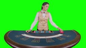 Крупье казино приглаживает и собирает карточки покера зеленый экран движение медленное сток-видео