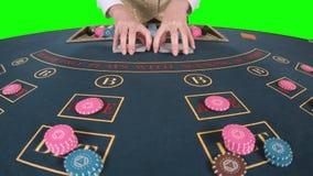 Крупье профессионально регулируя играя карточки на таблице покера зеленый экран движение медленное конец вверх сток-видео