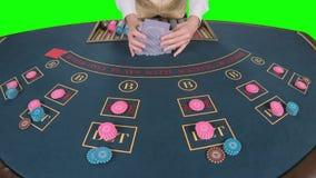 Крупье регулируя играя карточки на таблице покера зеленый экран движение медленное конец вверх видеоматериал