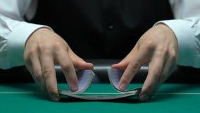 Крупье шаркая карточки, школа торговца покера для профессионалов, тренировок сток-видео
