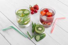 Крутая вода в стекле, свежем зеленом кивие, мяте и огурце, клубниках и вишнях Свежие домодельные витамины стоковые фотографии rf
