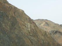 Крутая скала горы обозревая небо стоковое фото rf