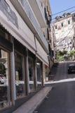 Крутая улица в городке Корфу на греческом острове Корфу Стоковые Изображения