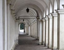 Крутое снижение с старыми аркадами которые водят туристов стоковые фото
