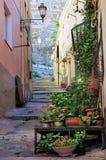 Крутой переулок в Кальяри, Сардинии, Италии стоковая фотография rf