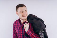 Крутой человек с курткой на плече стоковое изображение