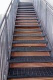 Крутые лестницы металла идя вверх Стоковые Изображения