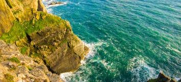 Крутые скалы в северной береговой линии Уэльса изумительной Стоковое Изображение RF