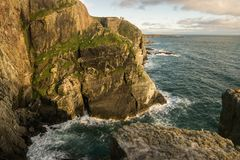 Крутые скалы в северной береговой линии Уэльса изумительной Стоковое Изображение