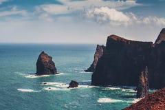 Крутые скалы на острове Мадейры стоковые изображения rf
