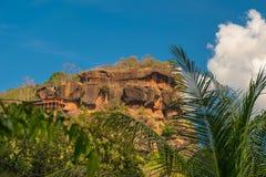 Крутые скалы горы в тропических лесах стоковое фото