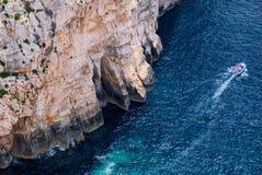 Крутые скалы и шлюпка моря около голубого грота Стоковая Фотография RF