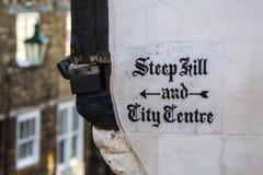 Крутые холм и центр города подписывают внутри Линкольн Великобританию Стоковая Фотография