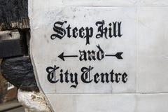 Крутые холм и центр города подписывают внутри Линкольн Стоковые Изображения RF