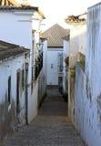 Крутые шаги в backstreet в Tavira Португалии Стоковая Фотография