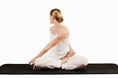 Кручение в половинном siddhasana II parivrtta лотоса (исправленного пальца ноги) - Стоковое Изображение