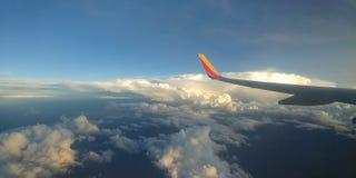 Крыла над облаками стоковые изображения rf