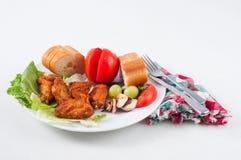 Крыла, плодоовощ и хлеб цыпленка Стоковое Изображение RF