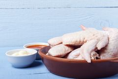 Крыла цыпленка, майонез и томатный соус на деревянном столе Ингридиент для еды диеты скопируйте космос Стоковое Изображение RF