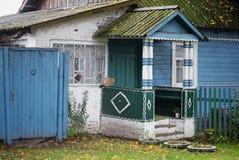Крылечко дома в деревне на улице осени стоковая фотография rf