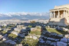 Крылечко кариатид в Erechtheion висок древнегреческия на Норт-Сайд акрополя Афин стоковые изображения