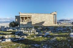 Крылечко кариатид в Erechtheion висок древнегреческия на Норт-Сайд акрополя Афин стоковые фото