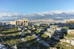 Крылечко кариатид в Erechtheion висок древнегреческия на Норт-Сайд акрополя Афин стоковые фотографии rf