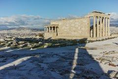 Крылечко кариатид в Erechtheion висок древнегреческия на Норт-Сайд акрополя Афин стоковые изображения rf