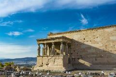 Крылечко кариатид на виске Erechtheion на акрополе, Афинах, Греции стоковые изображения rf