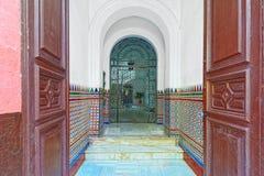 Крылечко парадного входа к старым домам Севильи стоковые фото