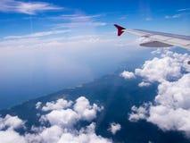 Крыло воздушных судн с bluesky от окон взгляда, фото прикладного к t Стоковая Фотография