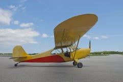 крыло двигателя крупного плана самолета воздушных судн фикчированное малое стоковые фото
