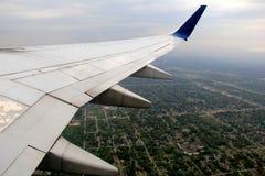 Крыло двигателя летая над авиапортом, подготавливает для того чтобы приземлиться, Калифорния, 2016 Стоковое Изображение RF