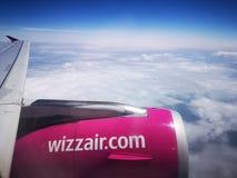 Крыло и двигатель самолета Wizzair во время полета стоковые изображения rf